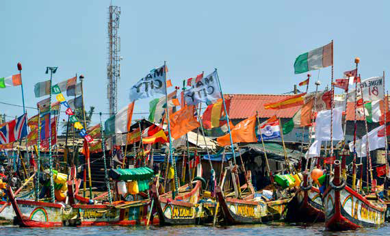 Pirogues de pêche dans le port d'Abidjan