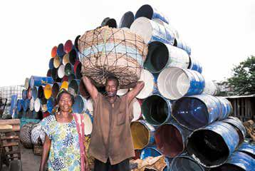 Une commercante et son porteur dans un marché d'Abidjan