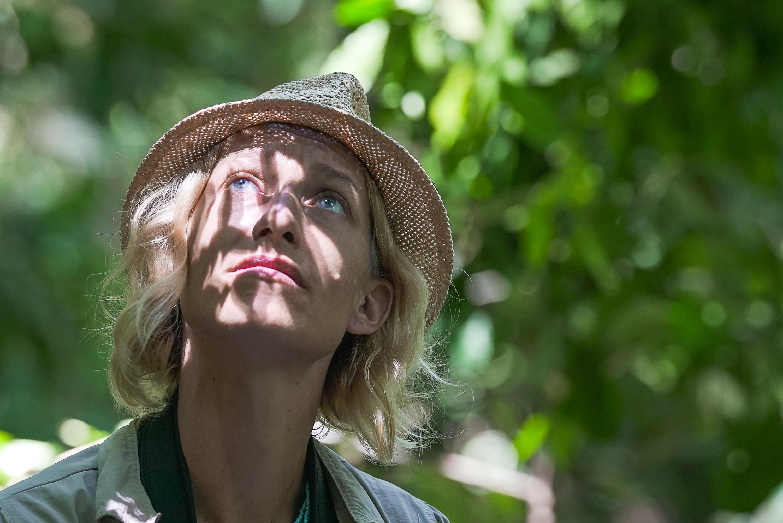 """La biologiste Anne Laudisoit à la recherche des chimpanzés.  Expédition scientifique et tournage du film """"Mbudha"""",  Ituri, RDC, mai 2017"""