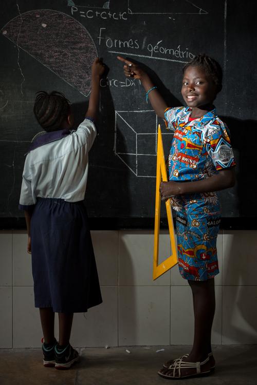 Christella est une fille de 9 ans habitant la commune de N'djili, à Kinshasa. Son père est enseignant et sa mère directrice d'école. Comme eux, elle souhaite enseigner. / Christella is a 9 year old girl living in the commune of N'djili, in Kinshasa. His father is a teacher and his mother a school principal. Like them, she wants to teach.