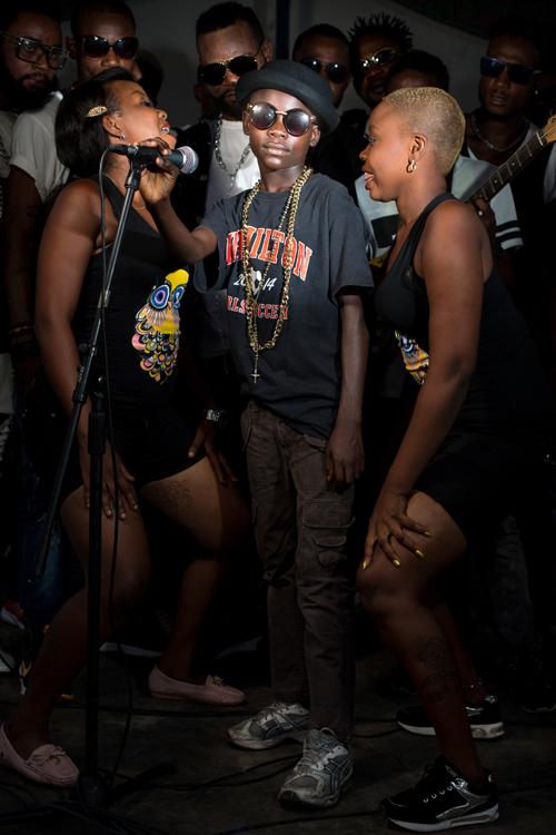 Moïse a 13 ans et vit dans un centre d'hébergement dans la commune de Massina à Kinshasa. À l'âge de 5 ans, il a été kidnappé à Ilebo, dans la province du Kasaï, et amené à Kinshasa pour être initié au vol, au profit de ses ravisseurs. Il connait à peine les noms de ses parents. Aujourd'hui, il rêve de devenir chanteur comme Fally Ipupa, son idole. / Moïse is 13 years old and lives in a shelter in the commune of Massina in Kinshasa. At the age of 5, he was kidnapped in Ilebo, in the Kasai province, and brought to Kinshasa to be initiated into the robbery, to the benefit of his abductors. He hardly knows the names of his parents. Today, his dream is to become a singer like Fally Ipupa, his idol.