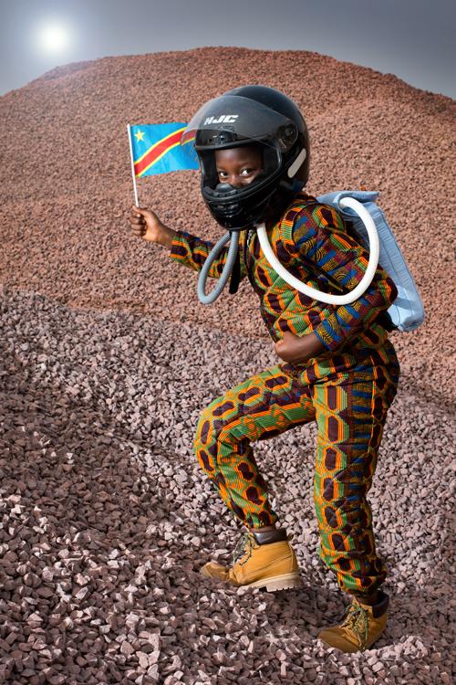 """Percide, une petite fille de 10 ans de la commune de N'djili à Kinshasa, ne pense pas que les sciences et l'ingénierie soient réservées aux garçons. Elle souhaite ressembler à son père, «ingénieur réparateur de téléphone». En devenant astronaute, elle rêve «d'améliorer la communication entre les gens qui vont sur la lune et ceux qui sont restés sur la terre». / Percide, a 10-year-old girl from the N'djili commune in Kinshasa, does not believe that science and engineering are reserved for boys. She wants to look like her father, """"a phone repair engineer"""". By becoming an astronaut, she dreams of """"improving communication between people who go to the moon and those who have stayed on the earth."""""""