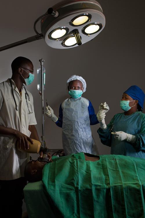 """Sezelina est une fille de 8 ans vivant à Kipushi, une ville à l'extrème sud-est de la République démocratique du Congo, dans la province du Haut-katanga. D'une famille très pauvre, elle bénéficie de l'aide sociale fournie par l'UNICEF. Elle rêve de devenir chirurgienne «pour soigner les enfants à moindre frais» car elle a remarqué «que quand les enfants sont malades, ils ont du mal à trouver des soins parce que la majorité des parents sont pauvres». / Sezelina is an 8-year-old girl living in Kipushi, a town in the extreme south-east of the Democratic Republic of the Congo, in the province of Upper Katanga. He dreams of becoming President of the Democratic Republic of Congo. From a very poor family, she receives social assistance from UNICEF. She dreams of becoming a surgeon """"to take care of children at low cost"""" because she noticed that """"when children are sick, they have trouble finding care because the majority of parents are poor."""""""
