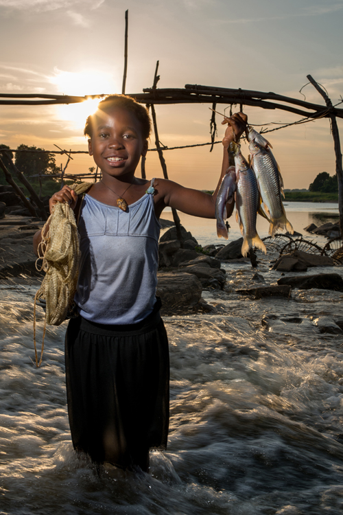 Bien que chez les pêcheurs wagenia, à Kisangani, cette activité soit généralement réservée aux hommes, Adèle, 7 ans, rêve de devenir pêcheur. / Although for the Wagenia fishermen of Kisangani, this activity is generally reserved for men, Adele, 7, dreams of becoming a fisherman.
