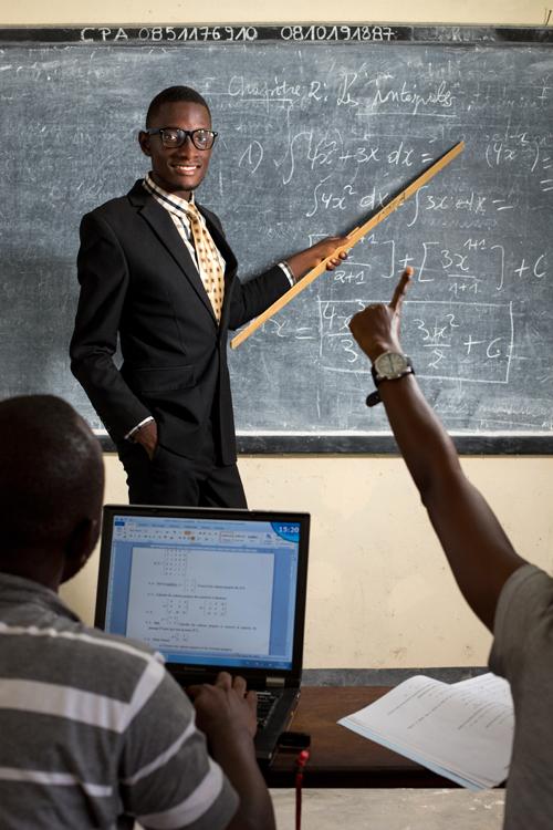 """Joël, 15 ans, est le président du comité des élèves de son école, le lycée Tobongisa de Kisangani. Volontaire, engagé, il participe aux activités de plaidoyer et de promotion des droits des enfants organisées par l'UNCEF dans sa ville. Il rêve de devenir professeur d'université afin «de mener des recherches qui contribueront au progrès de la science et de l'humanité». / Joel, 15 years-old, is the chairman of the school's student committee, the Tobongisa High School in Kisangani. As a volunteer, he is involved in the advocacy and promotion of children's rights organized by the UNCEF in his city. He dreams of becoming a university professor in order """"to carry out research which will contribute to the progress of science and humanity""""."""