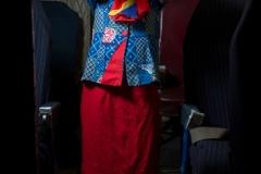 """Esther, est une fille de 11 ans, habitant à Goma, la capitale de la province du Nord-Kivu, une région en proie depuis vingt ans à des violences. Elle vit avec sa mère, sourde et muette, et, très souvent, elle lui sert d'interprète. De fait, Esther «aime beaucoup être au service des autres». Elle rêve de devenir une hôtesse de l'air «pour être au service des passagers, les guider, prendre soin d'eux». / Esther, is an 11-year-old girl living in Goma, the capital of North Kivu province, a region that has been plagued by violence for twenty years. She lives with her mother, deaf and mute, and very often she serves as an interpreter. In fact, Esther """"loves being at the service of others"""". She dreams of becoming an air hostess """"to serve passengers, guide them, take care of them."""""""