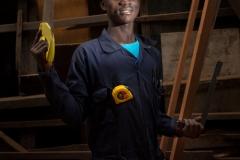 """Lajoie est un garçon de 17 ans habitant à Goma, la capitale de la province du Nord-Kivu, une région en proie depuis vingt ans à des violences. Il est lui même un ancien enfant-soldat. Grâce à l'UNICEF, Lajoie a pu effectuer une formation en menuiserie et vit désormais dans un foyer de jeunes. Il rêve de devenir un menuisier professionnel de renom, et «se distinguer par la qualité de son travail» pour prouver «qu'on peut réussir malgré les terribles épreuves que moi et d'autres jeunes comme moi ont traversées». Pour lui, sa réussite «est aussi une façon d'exprimer ma reconnaissance envers toutes les personnes de bonne volonté qui nous aident à retrouver une vie normale». / Lajoie is a 17-year-old boy living in Goma, the capital of the province of North Kivu, a region that has been plagued by violence for twenty years. He is himself a former child soldier. Thanks to UNICEF, Lajoie was able to train in carpentry and now lives in a youth center. He dreams of becoming a renowned professional carpenter, and """"distinguished himself by the quality of his work"""" to prove """"that one can succeed despite the terrible experiences that I and other young people like me have gone through."""" For him, his success """"is also a way of expressing my gratitude to all people of good will who help us to regain a normal life""""."""