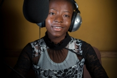 """Fortuna est une fille de 11 ans habitant Kalémie, la capitale de la province du Tanganyika, une région en proie depuis un an à des violences inter-ethniques qui ont provoqué le déplacement de plus de 500.000 personnes. Elle aime «poser des questions et informer ses amis sur des choses dont ils n'ont pas connaissance», ainsi que la poésie (et «faire pleurer son public lors de ses représentation»). Ayant pu animer une émission de radio dans le cadre du programme «enfant reporter» de l'UNICEF, elle rêve depuis de devenir journaliste et «être engagée dans une radio de renommée provinciale ou nationale afin de fournir des informations claires et compréhensible». ». / Fortuna is a 11-year-old girl living in Kalémie, the capital of the province of Tanganyika, a region that has been ravaged by inter-ethnic violence for over a year, causing more than 500,000 people to flee. She likes to """"ask questions and inform her friends about things they do not know about"""", as well as poetry (and """"make her audience cry during her performances""""). Having been able to participate in a radio program as part of the UNICEF """"child reporter"""" program, she has since dreamed of becoming a journalist and """"being engaged in a radio of provincial or national reputation to provide clear and understandable information""""."""