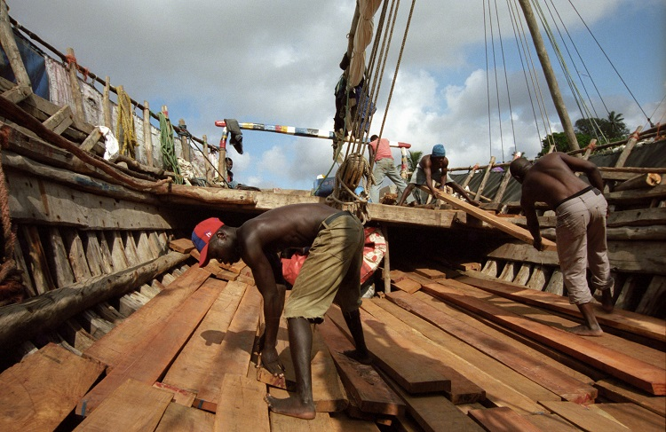 Loading-wood-in-a-traditional-boat-mozambique