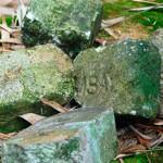 On peut lire sur ces briques les initiales des anciens esclavagistes