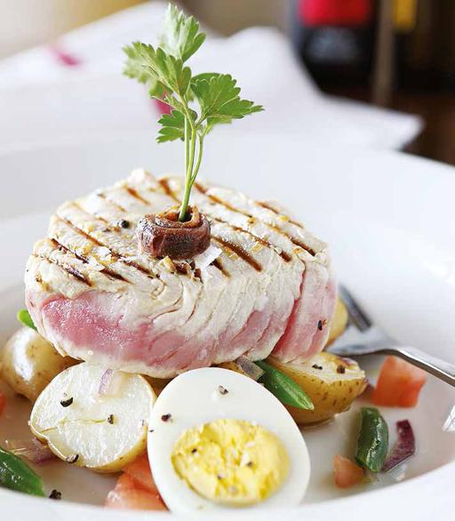 Grilled tuna, Niçoise style