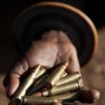 Un rŽserviste prŽsente les munitions de fusil G3 fournies par le gouvernement kenyan.