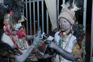 La troupe d e danseu rs traditionnels au lance ment de Bos ster