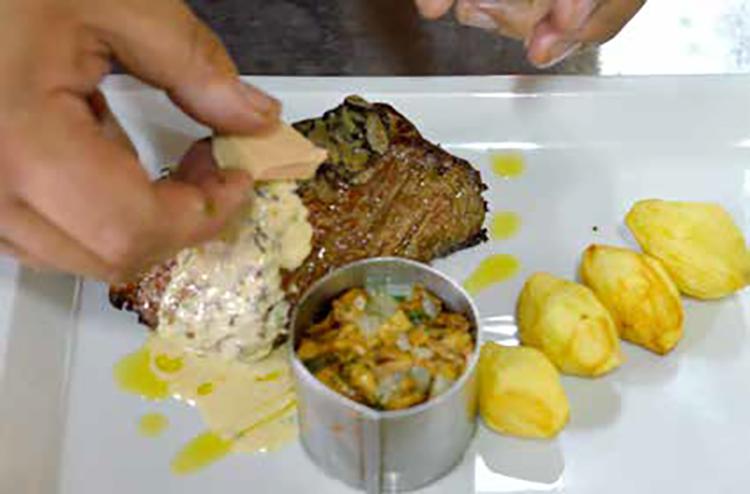 Filet de bœuf poêlé à l'huile de truffe, fricassée de girolles, pommes de terre tournées,  sauce crème fois gras