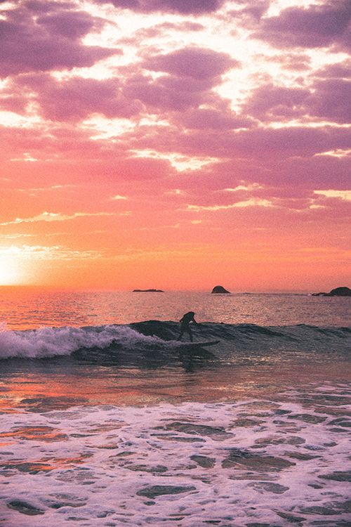 Surfeurs profitant des derniers rayons de soleil à Camps Bay