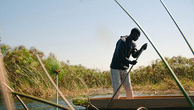 Pêcheur Mokoro dans le delta de l'Okavango